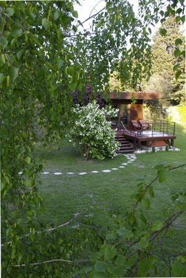 La cabane au milieu du parc entourée de végétation