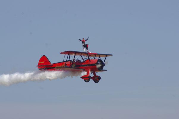 Acrobate dans les airs à l'Avignon Air show
