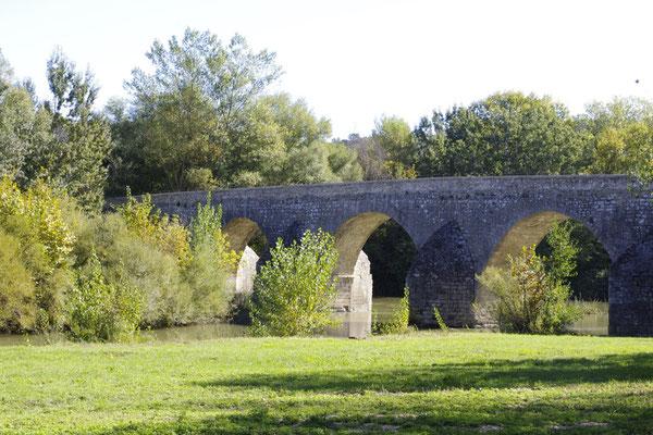 Die Brücke im 13. Jahrhundert gebaut, in la Roque-sur-Cèze