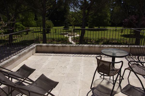 la terrasse de 17 m2 de la chambre Madras, dominant le parc