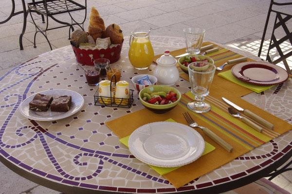 Der Frühstück Tisch auf der Terrasse
