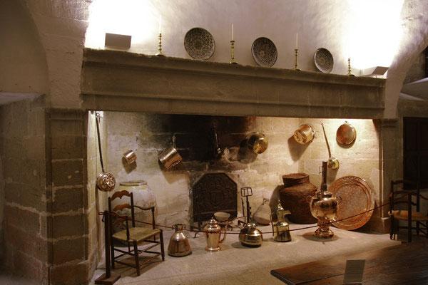 der Kamin und die Kupferpfannen