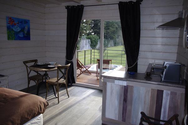 la kitchenette et le coin repas de la cabane lodge