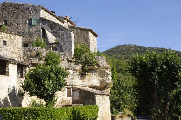 Sivergues, ein auf dem Felsen gebautes Haus