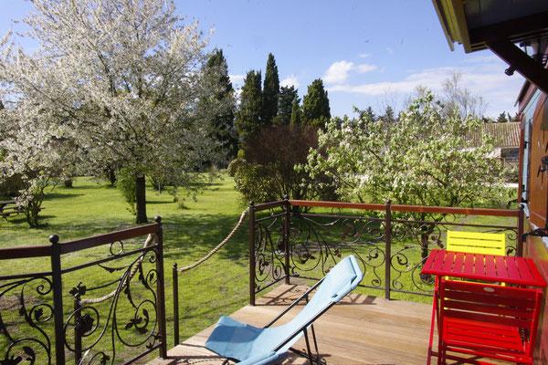 La terrasse avec table, chaises et transats