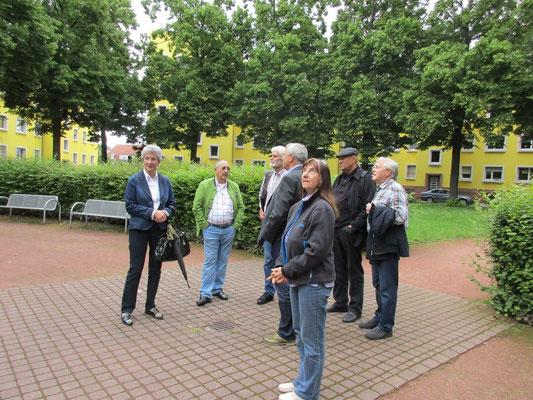 Die Gruppe begibt sich in den Innenhof des Rundbaus.