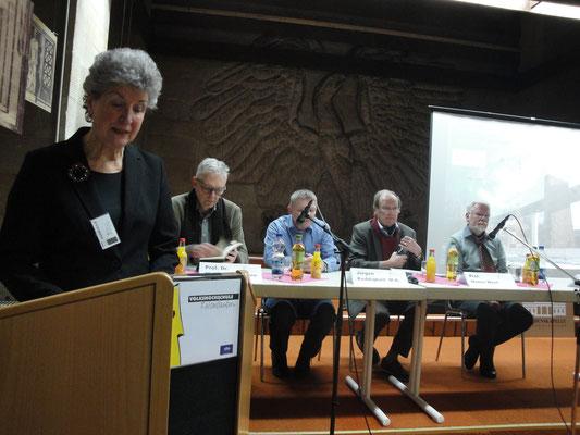 Die Vorsitzende Karin Kolb hält die Begrüßungsrede.