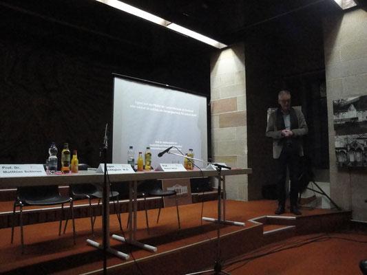 Prof. Dr. Matthias Schirren will der Vollständigkeit halber einen Gegenpol setzen, da ja die Stadtspitze (als Denkmalgegner) der Veranstaltung eine Absage erteilte.