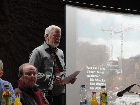 Prof. Dr. Georg Maybaum hält einen Kurzvortrag über die Bedeutung der Lautertalbrücke und des letzten, noch bestehenden Pfeilers.