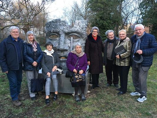 Die Delegation des Vereins im Gruppenfoto mit dem Künstler (3.v.r.)