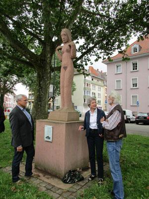 Thomas Bauer (Bau AG), Karin Kolb und Florian Dill-Korter an der Statue hinter der Marienkirche