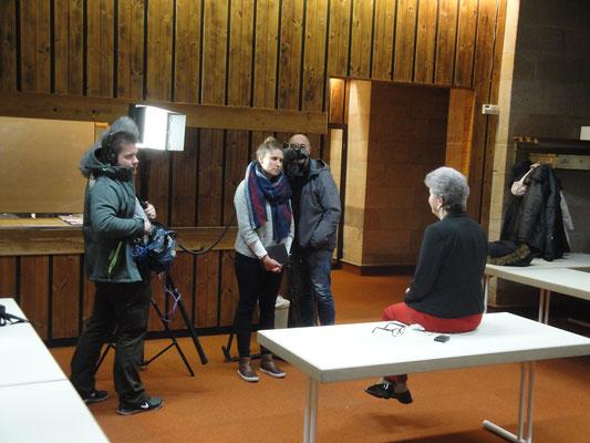 Die Vorsitzende Karin Kolb gibt dem SWR vor der Veranstaltung ein Interview.