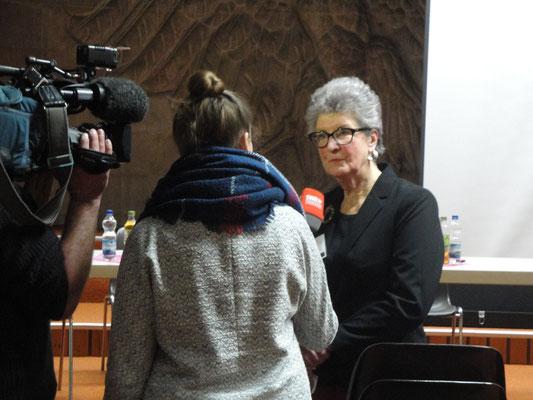 Karin Kolb im Interview zur Nachschau der Veranstaltung. Die Fernsehleute waren drei Stunden vor Ort und haben max. 45 Sekunden gesendet in einem mehrminütigen Bericht. Wir wissen also, wo die Gebühren hingehen.