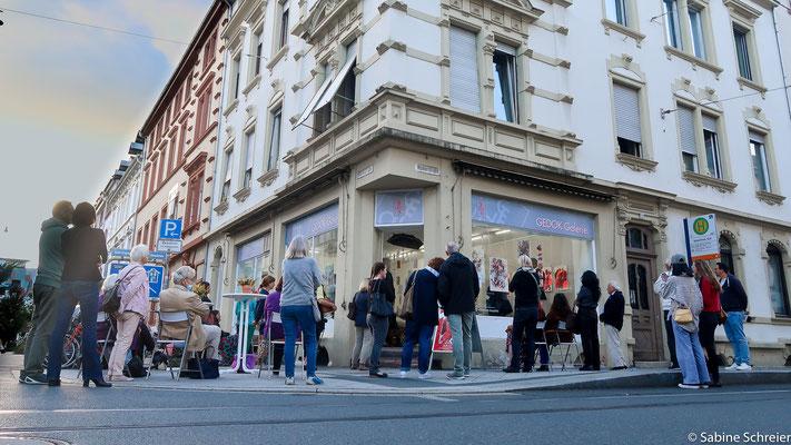 Publikum in und vor der Galerie