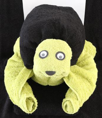 Handtuchfigur als große Schildkröte, hergestellt aus zwei Duschtüchern in grün und einem schwarzen Handtuch als Panzer
