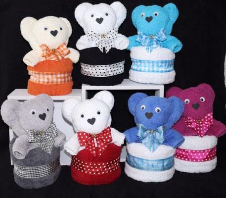Handtuchfigur als großer Bär aus einem Duschtuch in ein weiteres Duschtuch gerollt, in verschiedenen Farben erhältlich