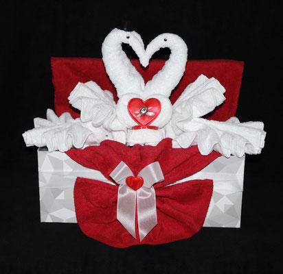 Hochzeitsgeschenk, gestaltet als zwei Schwäne mit Herz in einem Geschenkkarton verpackt