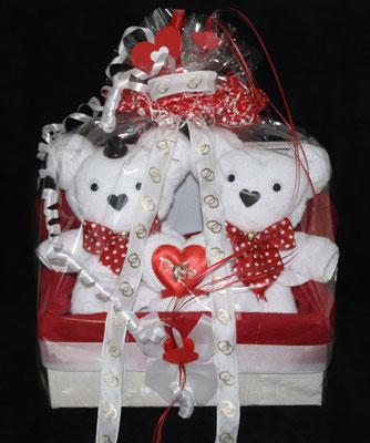 Hochzeitspaar in einer Geschenkbox, gestaltet als zwei Bären