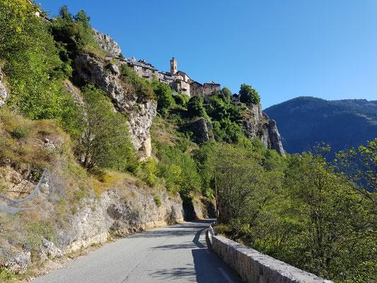 Sicht aus der Abfahrt auf das Dorf Rubion