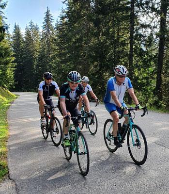 Die Vierergruppe mit Hans-Jörg, Walter, Lukas und Marlies ist guten Mutes