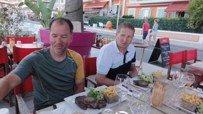 Simon und Lukas gehen lieber beim Essen kein Risiko ein und setzen auf Bekanntes.