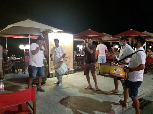 Trotz Corona ist Betrieb an der Strandpromenade