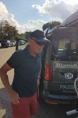 Chauffeur Hansueli mit dem Bianchi-Caddy