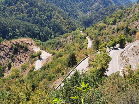 Schon der Aufstieg zum Turini ist kurvenreich und kurzweilig.