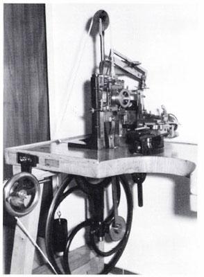 """Geradezug-Guillochiermaschine mit """"Storchenschnabel"""""""