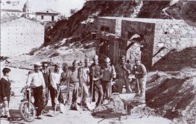 1958 Foto ricordo di muratori durante i lavori in via Ospizio per la realizzazione di un fabbricato che ospiterà per molti anni la scuola media Toscano