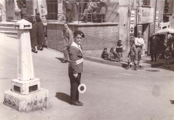 16-4-1964 Il piccolo vigile Armando Cicero( l'uomo in abito sulla destra che sta salendo guardando a sinistra è mio padre)