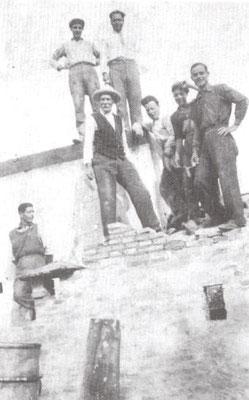 1935 Mastro Luigi Bruno con i figli muratori