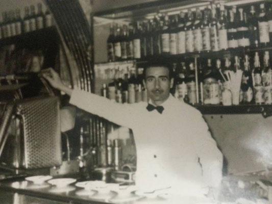 Fine anni '50 L'elegante barista Vincenzo Merlo