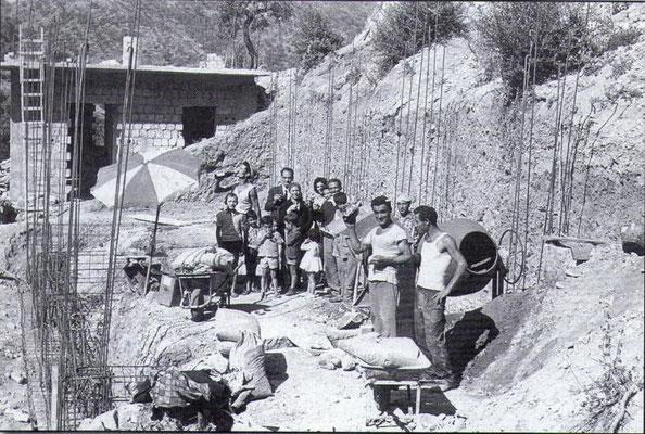 1963 Mastri muratori in opera. Tra gli altri, Mastro Totonno De Bello(mentre beve alla bottiglia), mastro Ciccio Berardi, mastro Giovanni Curia