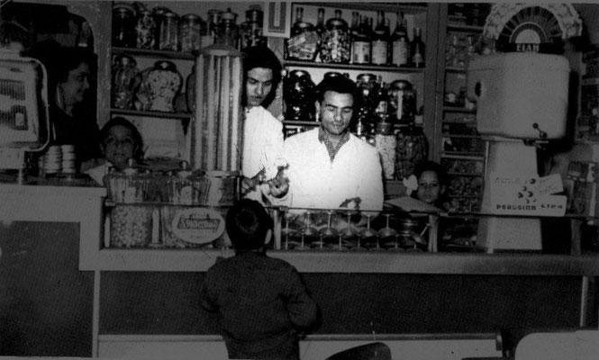 1956 Al Bar Montalto da sx Giuseppe Ponte e Antonio Suma(accanto alla Sig.ra Montalto il piccolo Pierino Cimino)