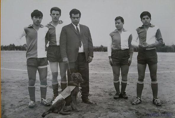 metà anni '60 - Gennarino Rizzuti (noto come Ginnarini u p****.)con l'immancabile cane e quattro giocatori della Polisportiva Corigliano(da sx P. Mezzotero; G. Scura; P. Pizzo; P. Salimbeni)