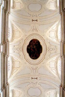 """Il cielo con fregi di stucco e il dipinto della """"Consegna delle chiavi a S. Pietro"""""""