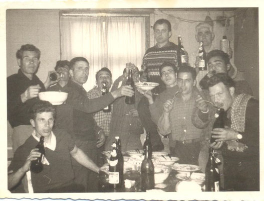 1960 - Germania ((Donaueschingen) Tra glia altri, il 1°a sinistra è Giuseppe Torchiaro;il 2° a destra è Antono Mezzotero (Totonno 'i Josa-Jpsa); a destra col piatto in mano è Cosimo Torchiaro(fratello di Giuseppe)(foto di P. Bennardo)
