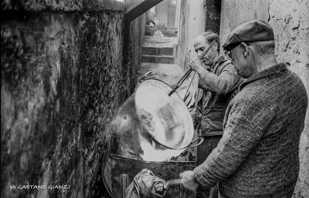 Anni 60 - Gli stagnini, Giorgio Plastina e suo figlio a lavoro (foto G. Gianzi)