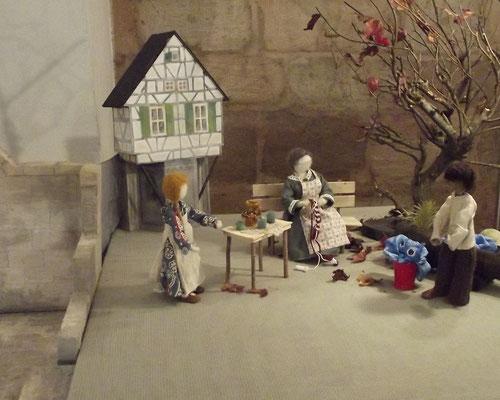 Die Kinder holen Rat bei Katharinas Oma. Diese erzählt Ihnen die Geschichte von den Heilsbronner Weihetagen und die  Zauberkraft die  in der besonderen Nacht  frei wird.