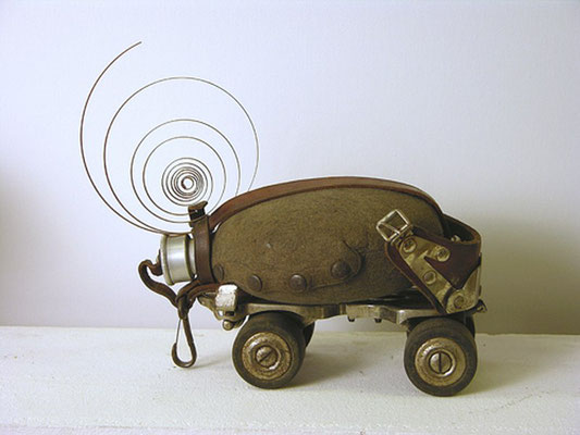 großer Käfer / Objekt, Rollschuh - Feldflasche - Uhrenfeder