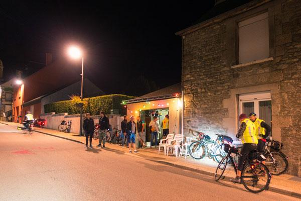 Garagenparty zu Ehren der Radfahrer. Als Gegenleistung für Essen und Trinken wollte der Besitzer eine Postkarte aus dem Heimatort