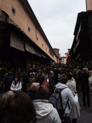 Die Ponte Vecchio in Florenz gibt es seit 1345 (!) Wir stehen auf der Brücke, links und rechts sind Läden untergebracht