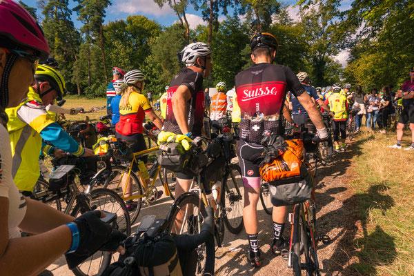 Robert und Mischa stehen an zum Start. Links daneben (in rot gelb) die dritte Frau in der Geschichte von PBP, die das Ganze mit einem Fixed Bike fährt (keine Gangschaltung, kein Freilauf)