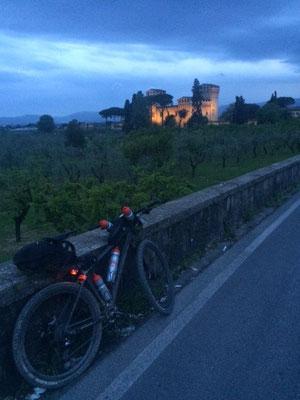 Auf dem Weg nach Florenz streift man immer wieder an schönen Anwesen vorbei