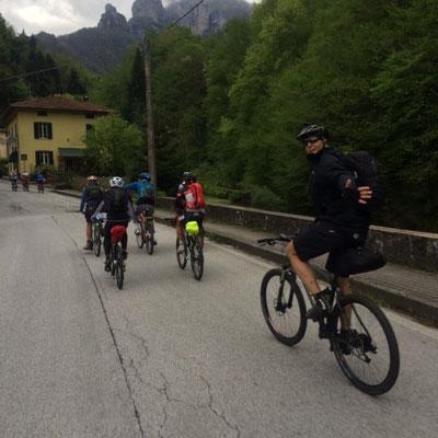 Die ersten Kilometer auf den ersten Berg hoch sind noch gut asphaltiert ...