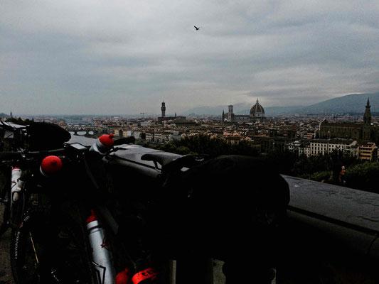 Florenz ist atemberaubend schön ... links ist nochmals die Ponte Vecchio zu sehen