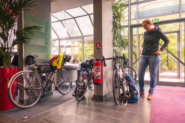 In der Lobby warten mindestens 5 andere Fahrrad-Nationen