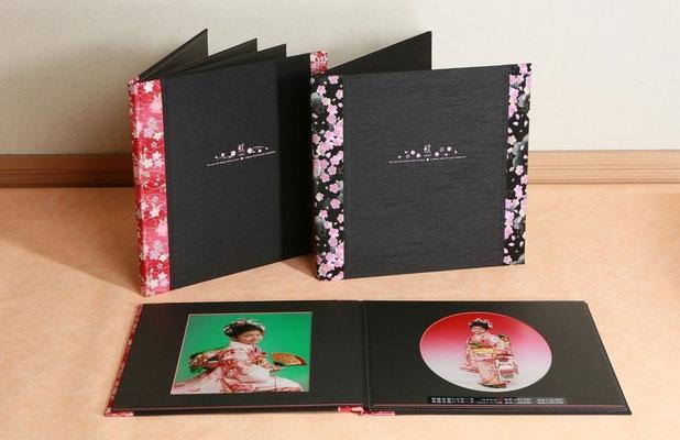 大人の和柄 黒ベースの台紙はアカ、ムラサキの2色です 写真は6面8ポーズまで装丁できます。