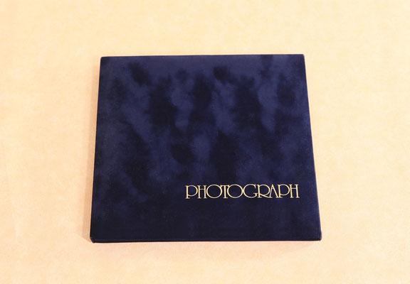 当スタジオのオリジナル ブルーベルベットの台紙です。手触りがやさしく、どんな写真にも合います